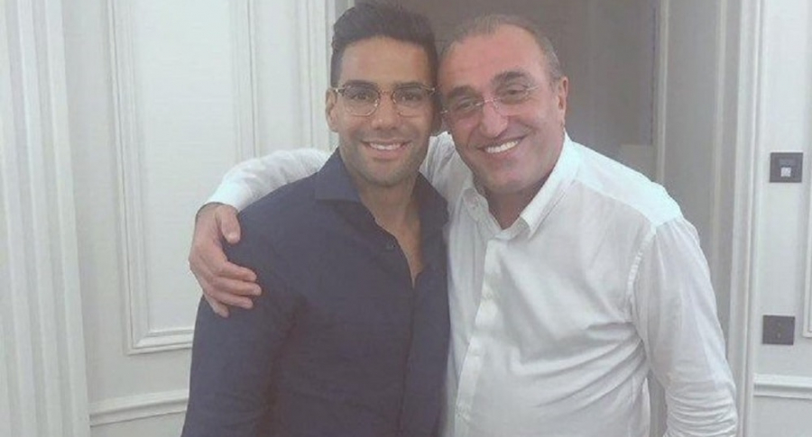 Falcao con Abdurrahim Albayarak, vicepresidente del Galatasaray