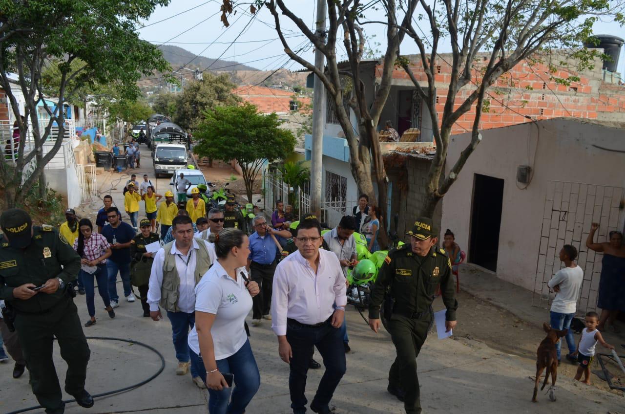 La Policía Metropolitana de Santa Marta participó en el operativo de demolición.