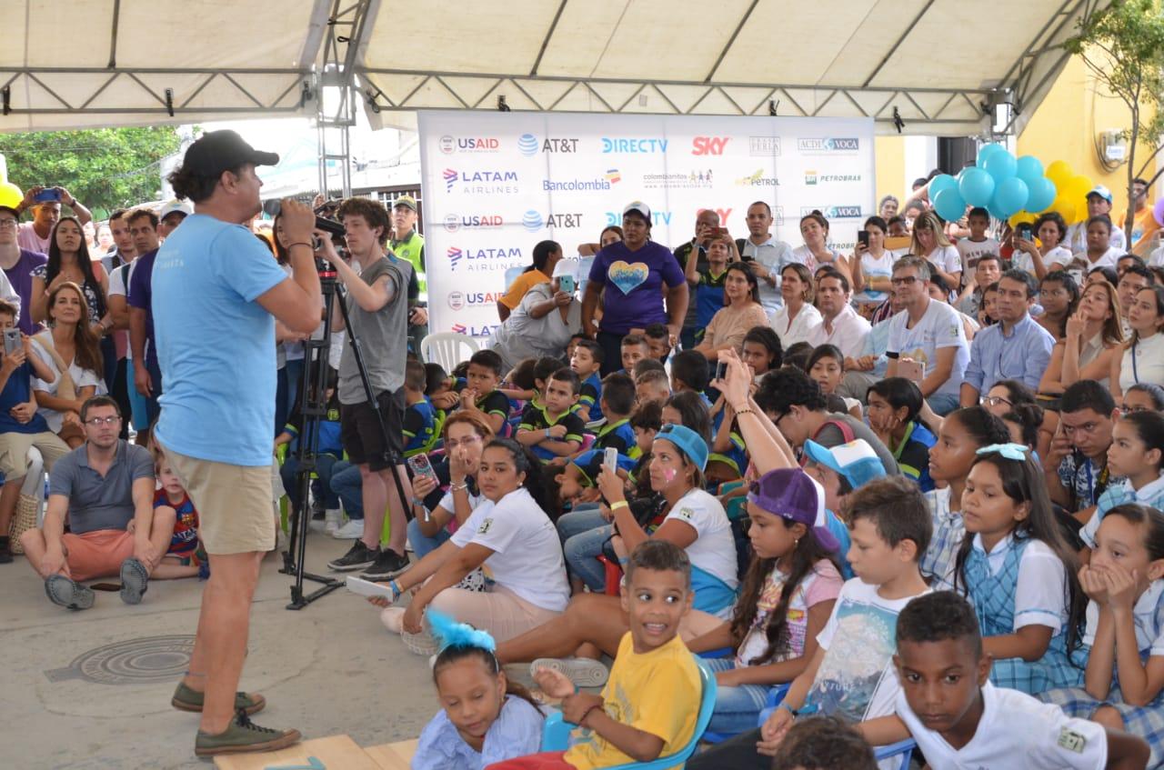 Carlos Vives dirigiéndose a la comunidad del barrio Pescaíto.
