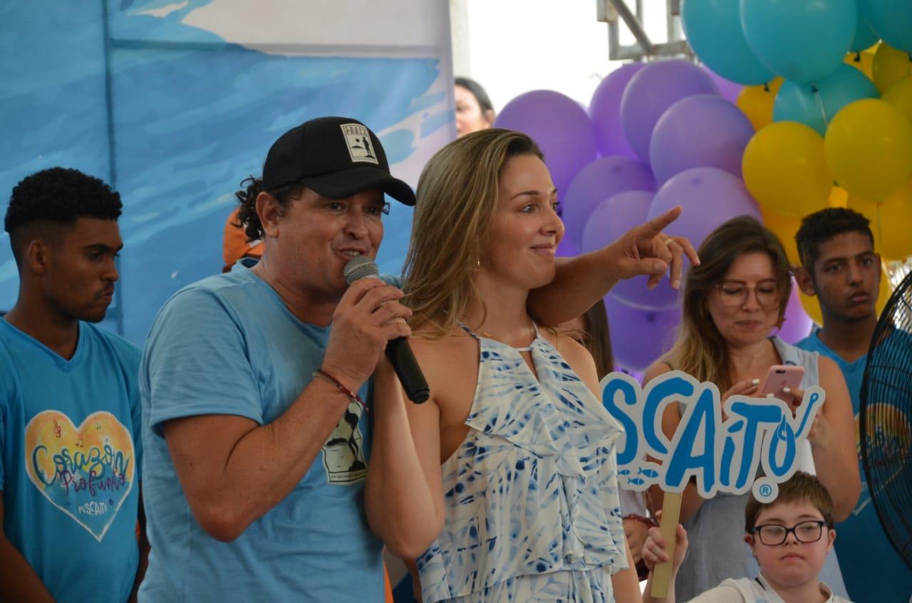 Carlos Vives y Claudia Elena Vásquez, durante la inauguración de la ludoteca en Pescaíto.