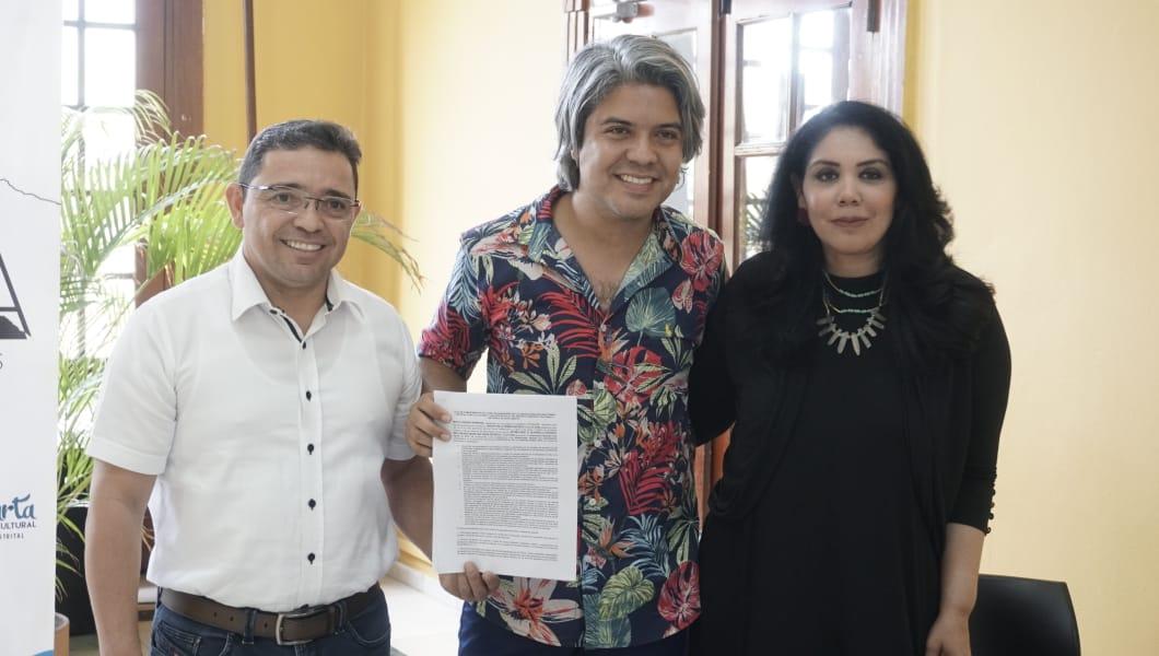 El alcalde de Santa Marta, Rafael Martínez; el cantante Vrian y la secretaria de cultura, Cindy Zawady