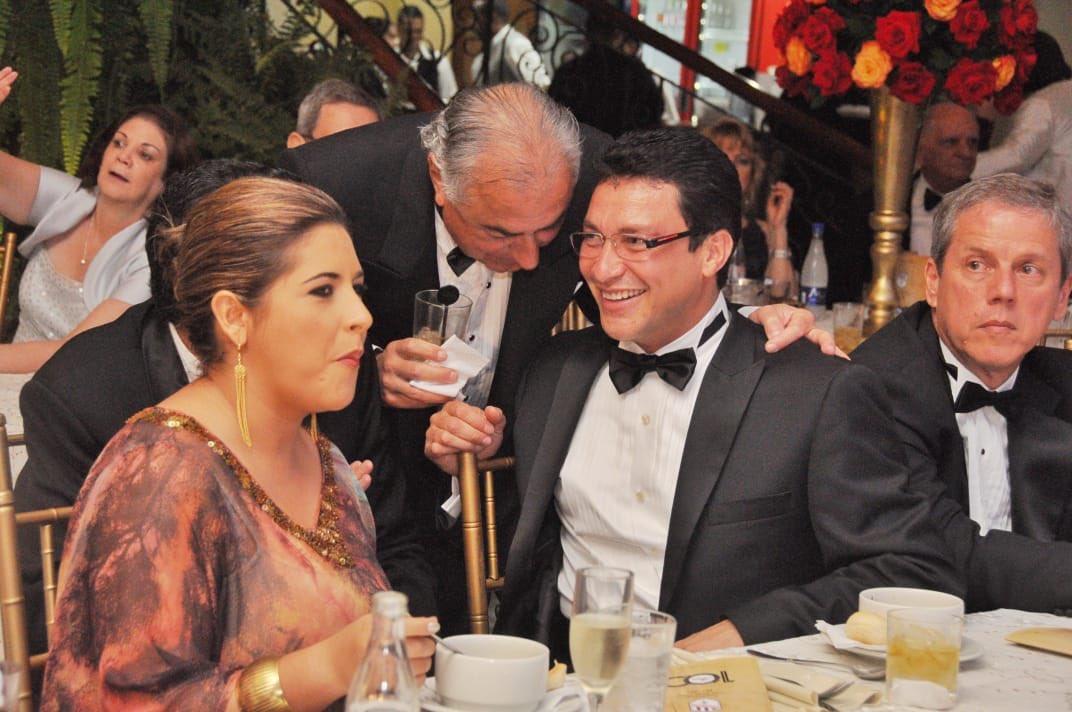 Carlos Caicedo durante una de las fiestas del Club Santa Marta, rodeado por la élite de la ciudad.