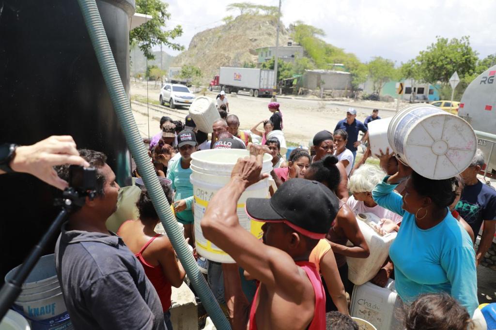 El agua es una necesidad permanente de los pobladores de barrios populares en Santa Marta.