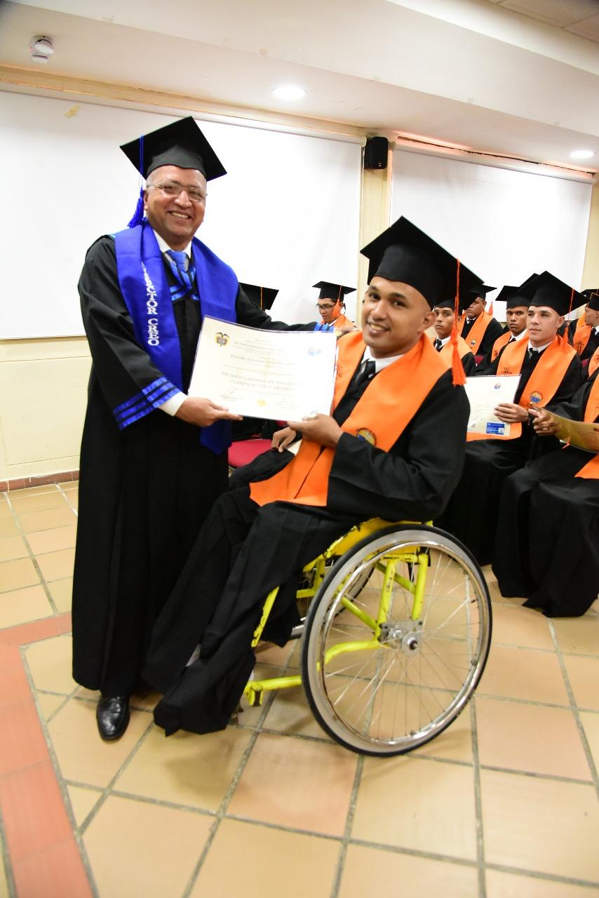 Edgar Alfonso Llanes Castro tiene una discapacidad física, lo que no fue impedimento para cumplir su meta y escalar un peldaño en la consolidación de su proyecto de vida.