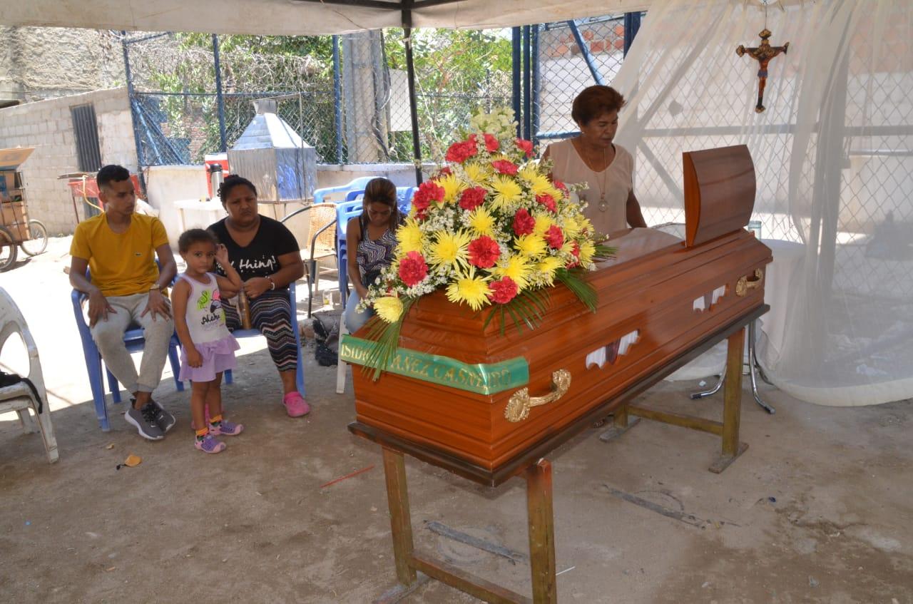 Los familiares del difunto piden ayuda para sepultarlo.