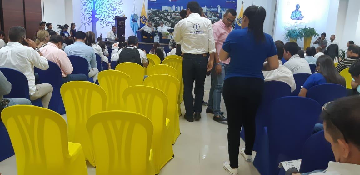 Sillas vacías de la comitiva de la candidata de Fuerza Ciudadana.