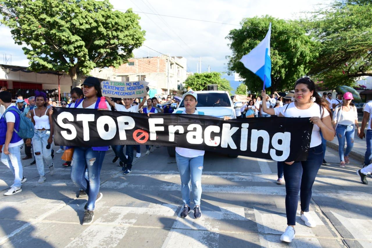 Los universitarios marcharon con pancartas, carteles y consignas.