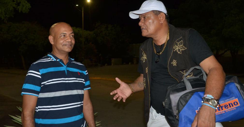 El candidato Enrique Ospino (izq) y el humorista Lolo Monery (der) se quedaron plantados en el evento.
