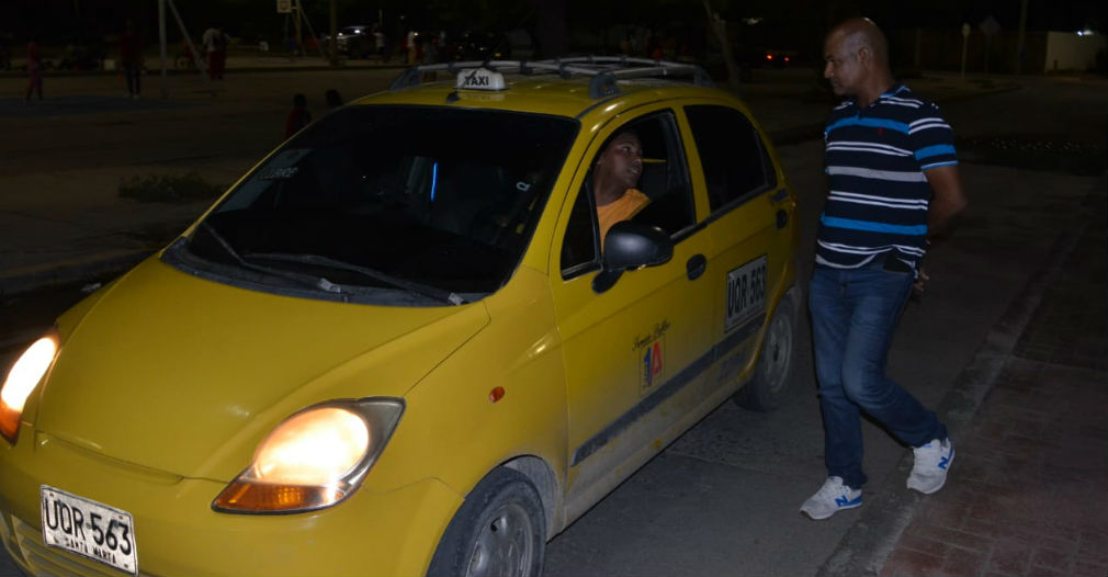 Uno que otro taxista se acercó a la estatua del Pibe para confirmar que no había concentración.