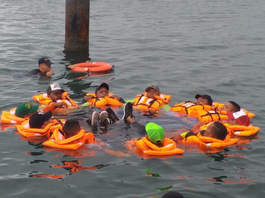 Parte del entrenamiento de los pescadores con la Armada.