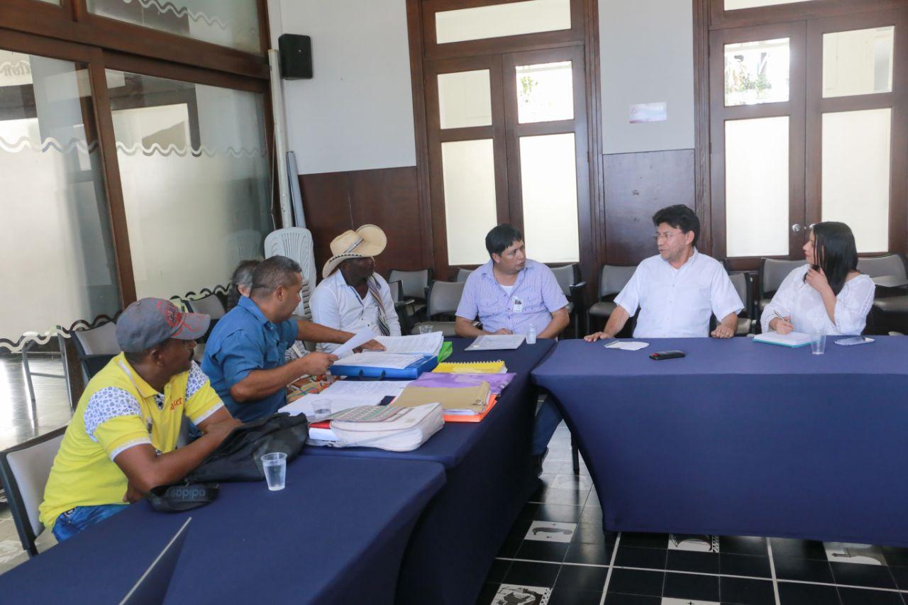 Reunión entre funcionarios de la Gobernación y líderes reclamantes de tierras.