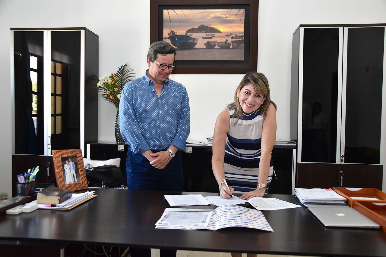 Rubén Silva, superintendente de Notariado y Registro; y Virna Johnson, alcaldesa de Santa Marta.