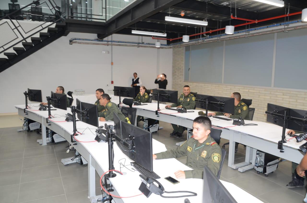 El día de la falsa inauguración pusieron a policías a posar como si ya la sala estuviera en operación.
