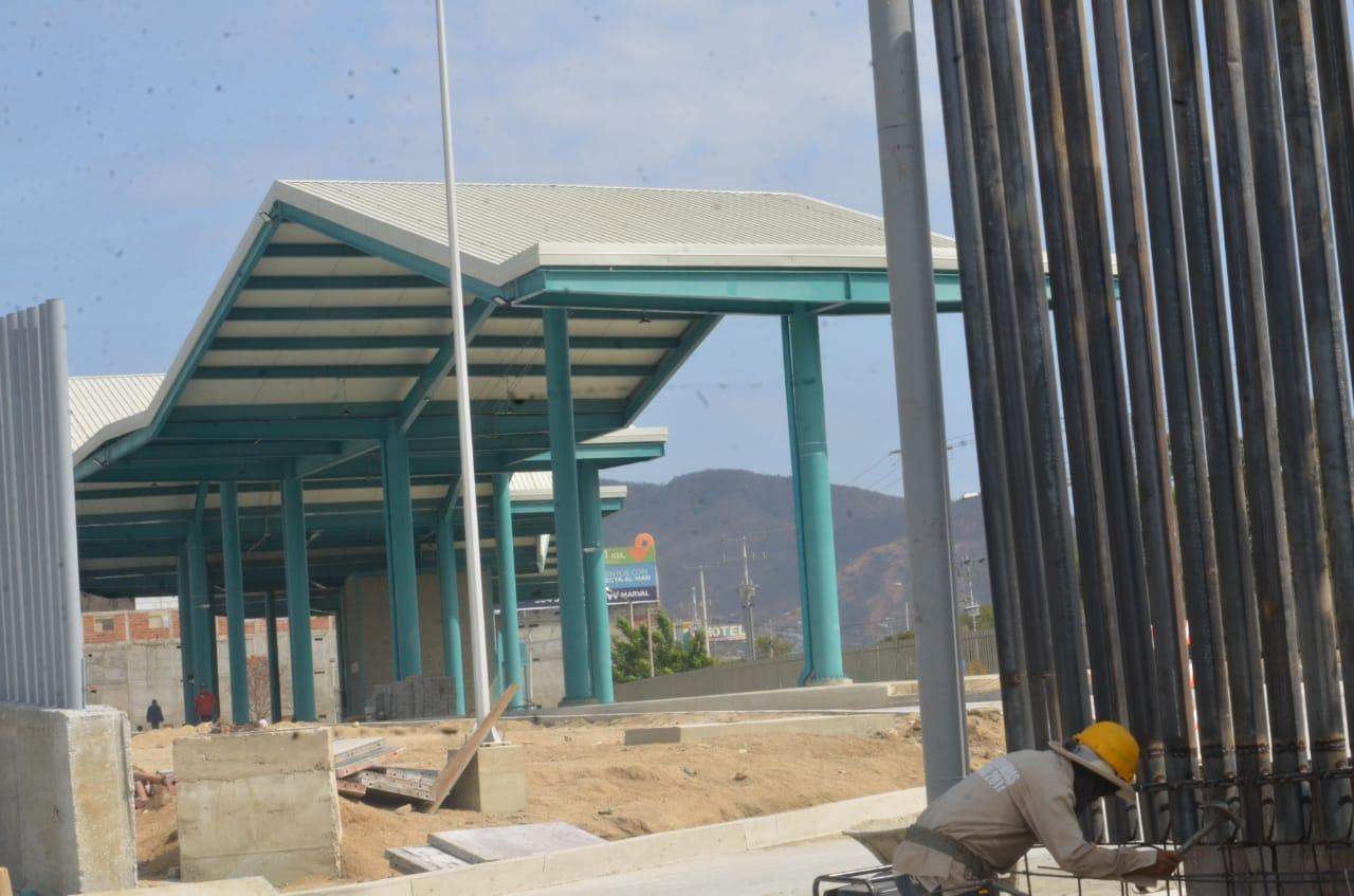 La terminal de buses no está funcionando. Aún está en obra, pese a que Martínez anunció que ya funcionaba.