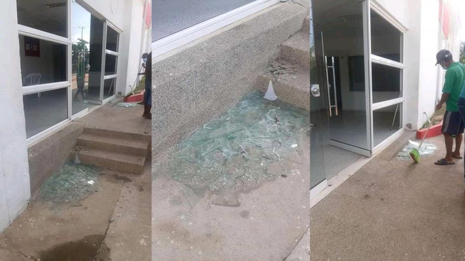 Así quedó la fachada de la clínica que fue atacada a piedras por el padre de la bebé fallecida.