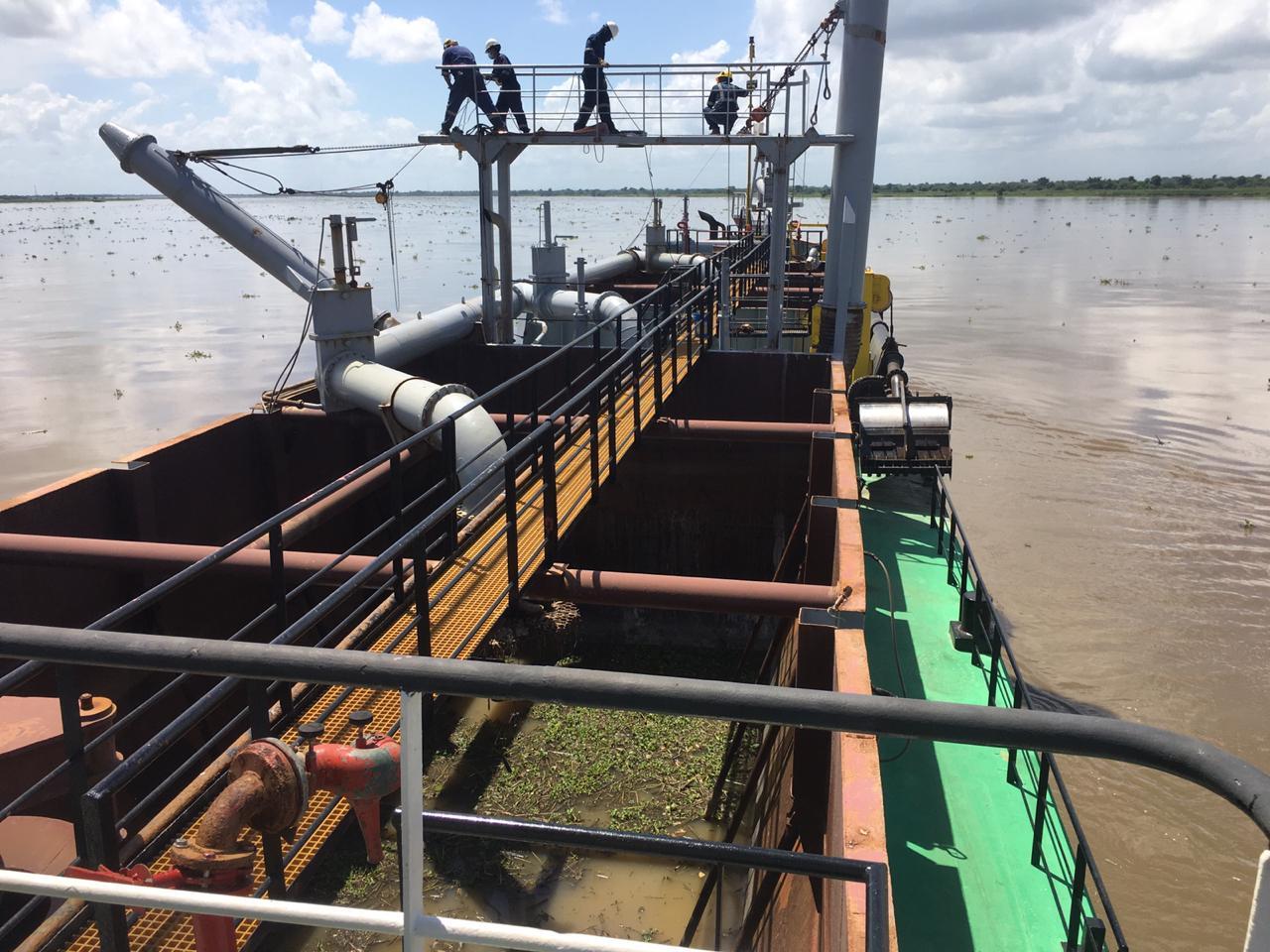 El objetivo del dragado contratado y adjudicado a la empresa Dragados Hidráulicos S.A es inducir el caudal del río Magdalena hacia el brazo izquierdo, reduciendo y disminuyendo las velocidades en la margen derecha.
