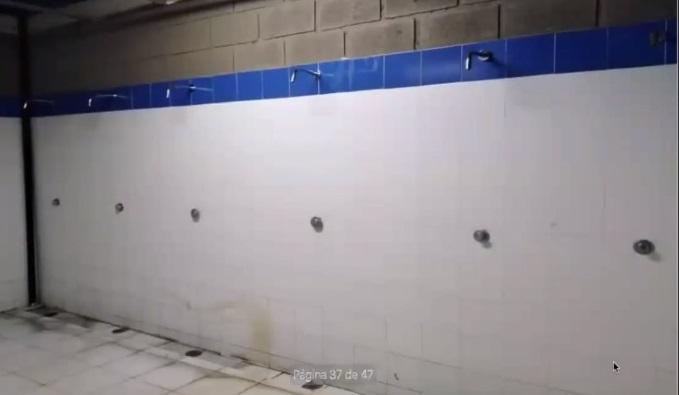 Las bañeras del estadio Sierra Nevada ya se ven deterioradas.