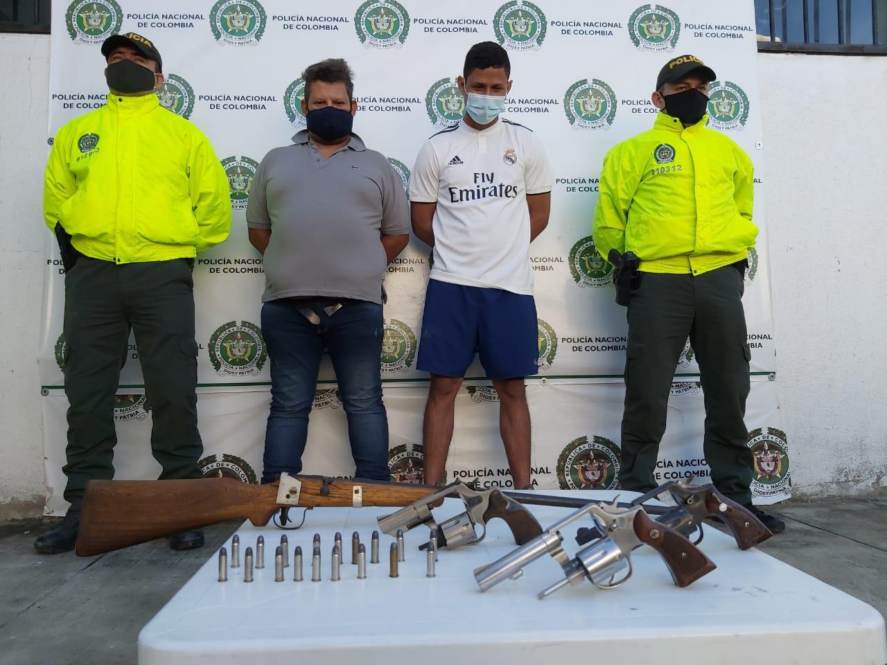 Las personas que poseían las armas fueron capturadas.