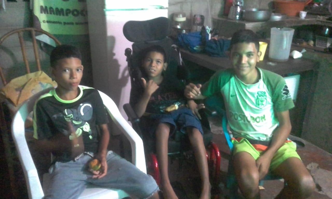 Emanuel junto a sus hermanos