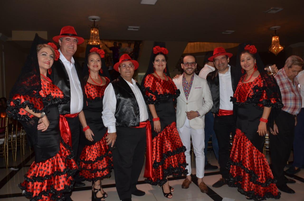 Abelardo de la Espriella con integrantes de la comparsa del Club Santa Marta.
