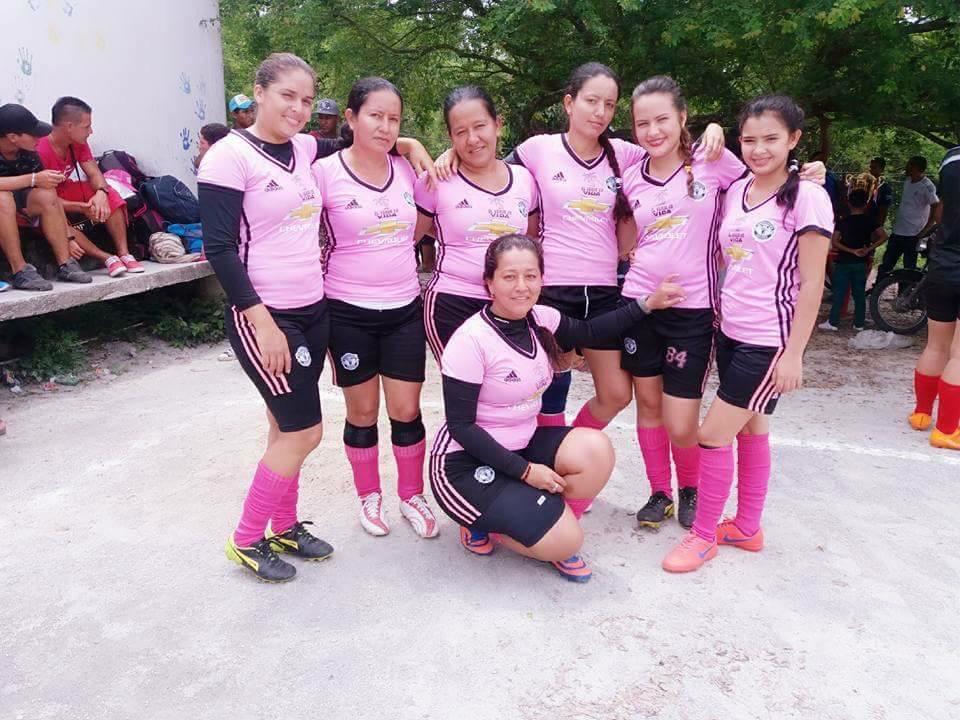 En Guachaca, el fútbol es una pasión que disfruta la familia completa. Este es el equipo de mujeres donde juega la tía de Carlos.