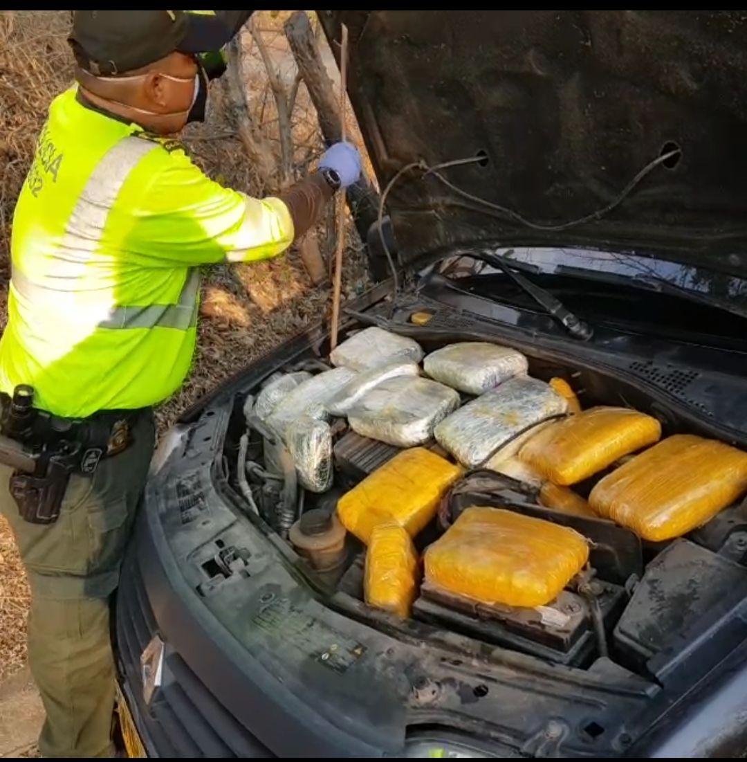 Caleta de marihuana que hallaron las autoridades en un vehículo.