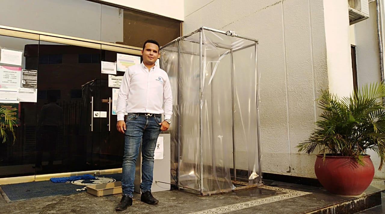El joven samario científico Luis Alberto Balaguera Massu, egresado de la Universidad del Magdalena, decidió fabricar una cabina de desinfección de cuerpo completo.