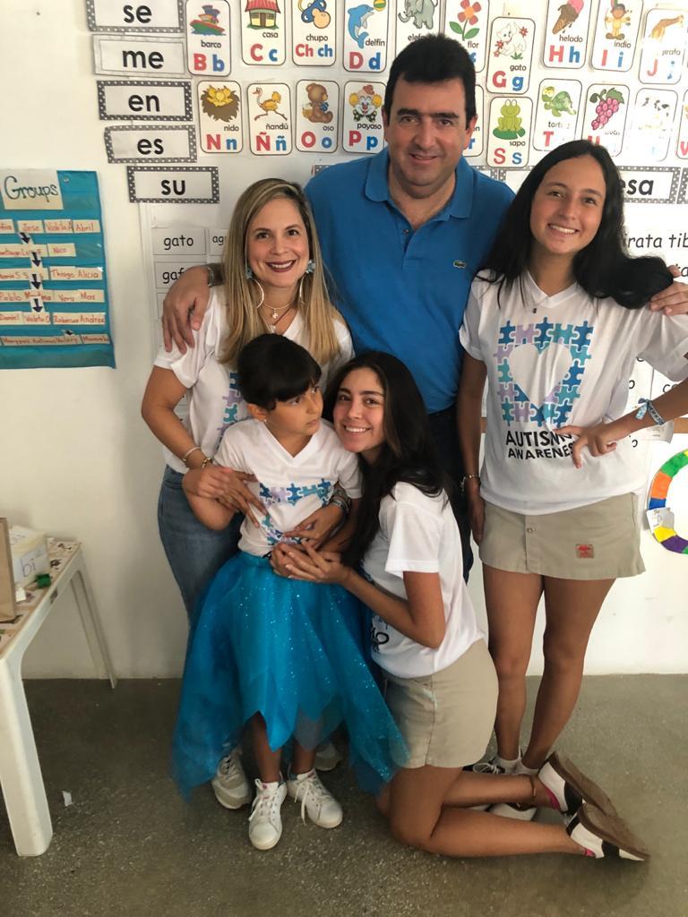 Celia Martínez, su esposo William Elías y sus hijas: Ana, Angie y Andrea