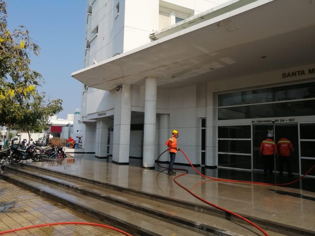 Para la limpieza del edificio destinaron un carrotanque de agua.