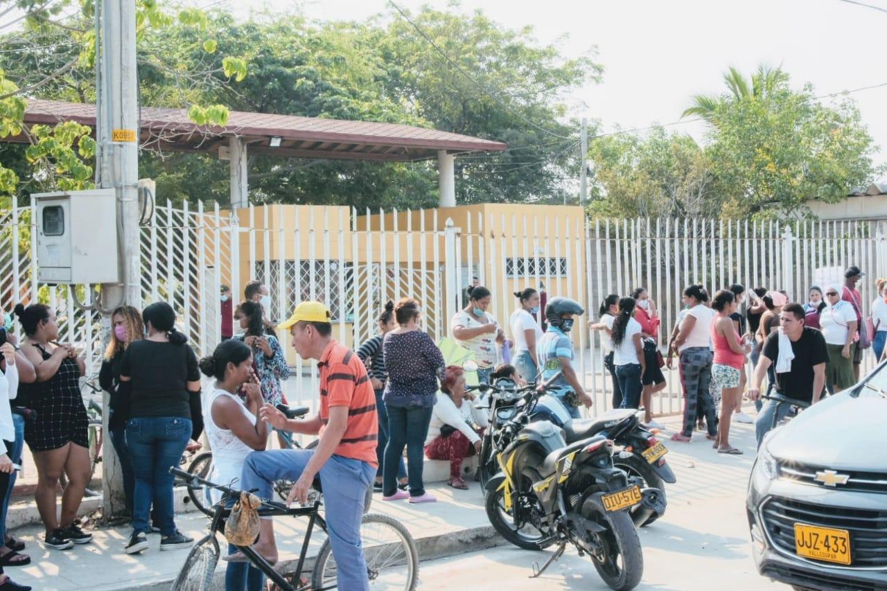 Desde temprano se aglomeraron las familias que iban a recibir los mercados.