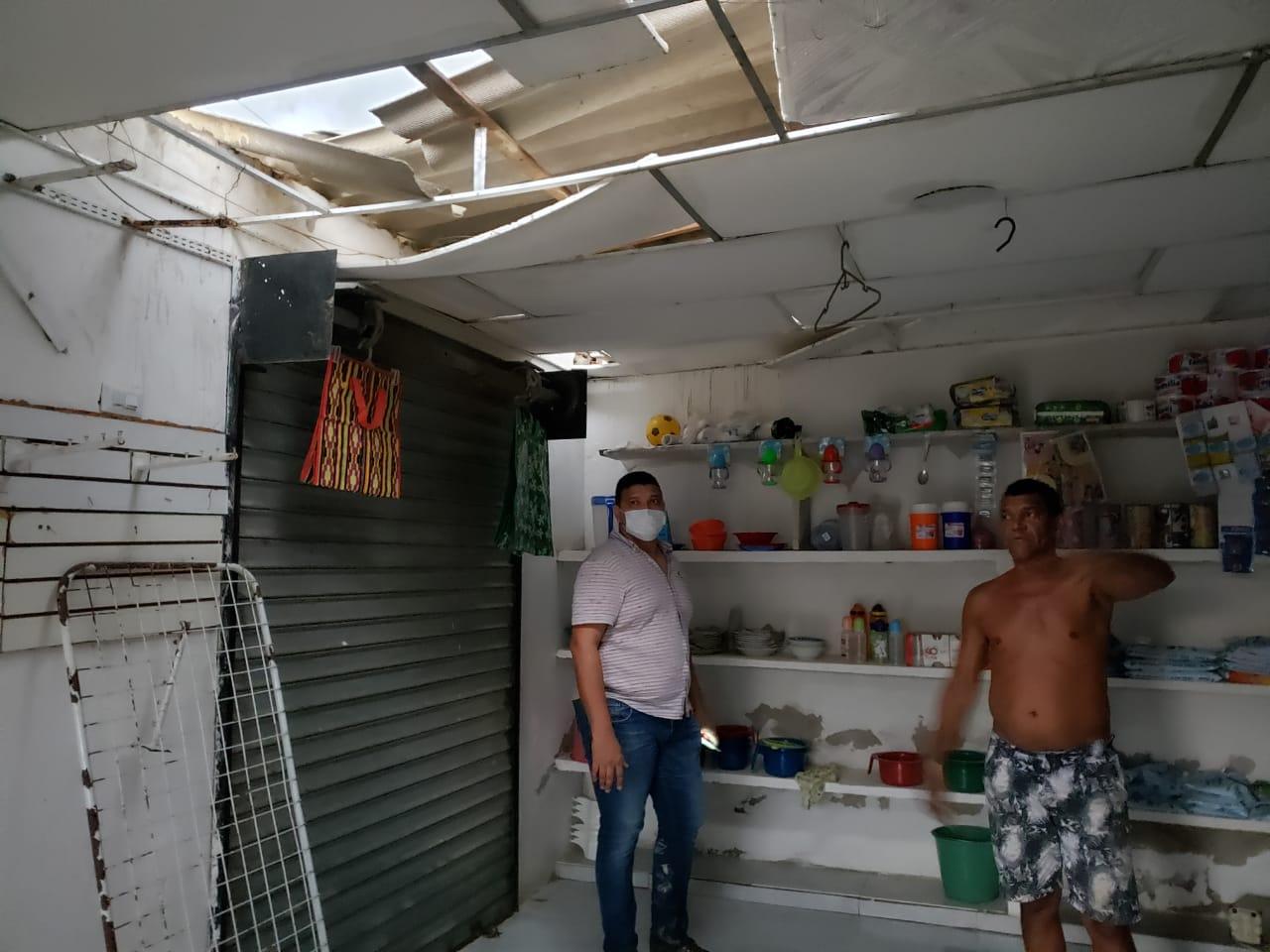 Los techos de las viviendas se cayeron por las fuertes brisas.