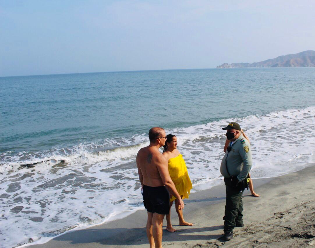Personas sorprendidas en playas.