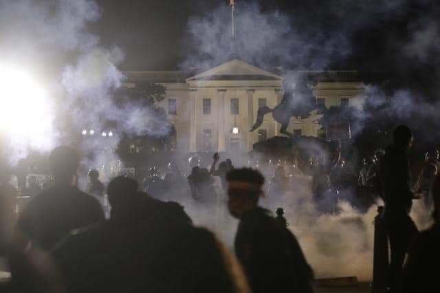 Protestas en la entrada de la Casa Blanca.