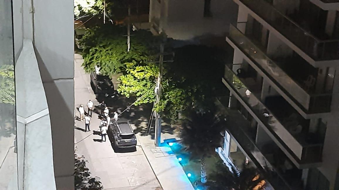La caravana llegó al domicilio de Carlos Caicedo a las 11 de la noche del sábado.