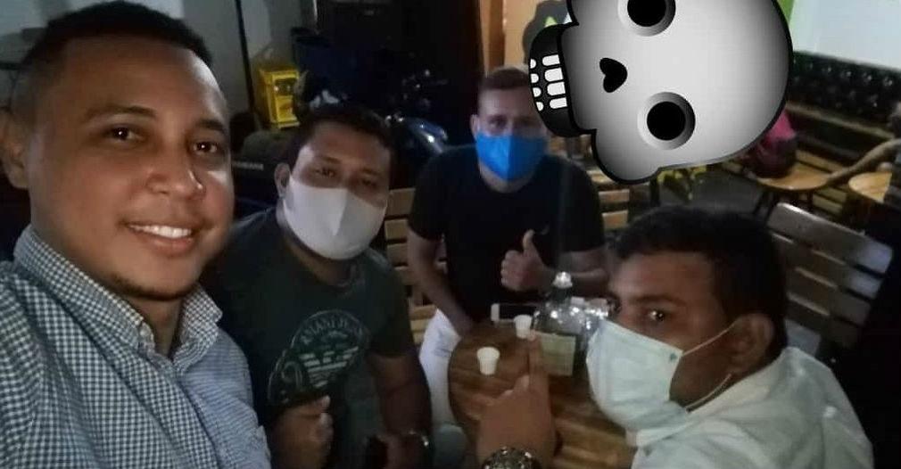 Foto de los amigos compartiendo durante el toque de queda.