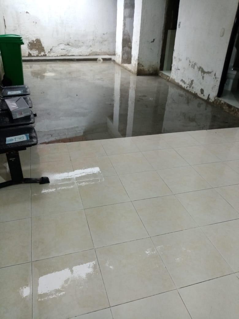 Inundación por la lluvia de este sábado en puesto de salud de Taganga.