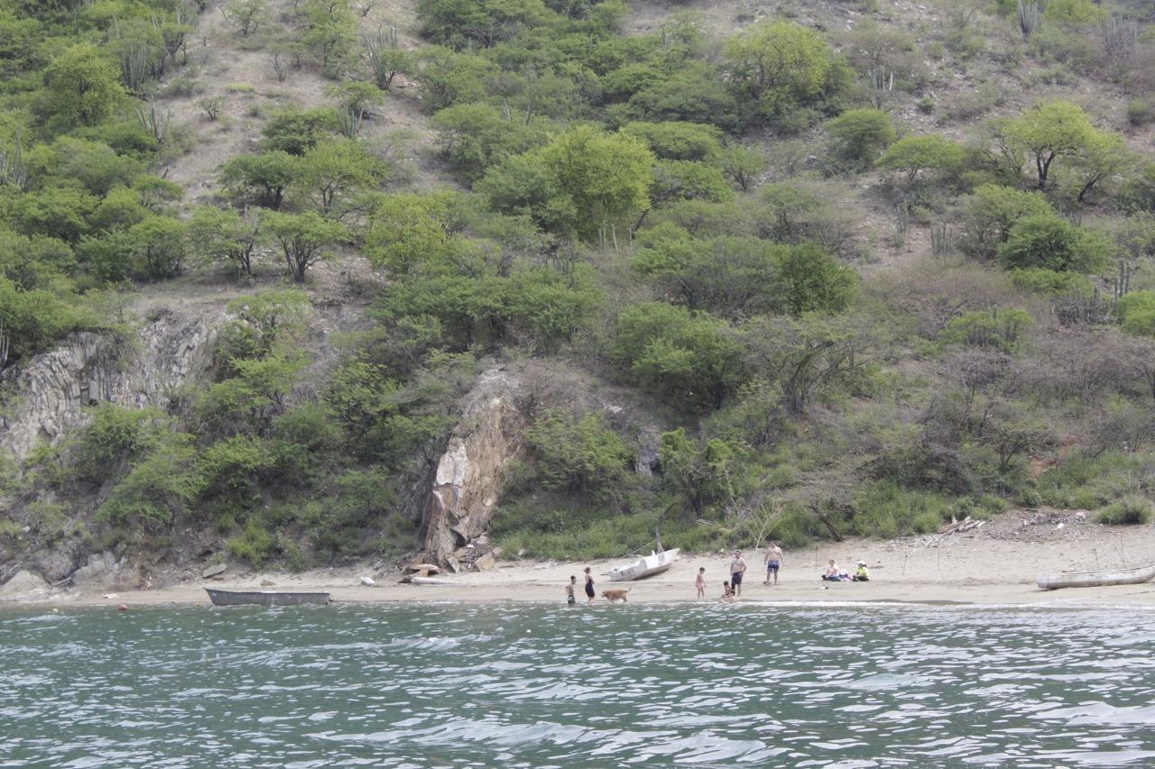Personas sorprendidas en la playa.