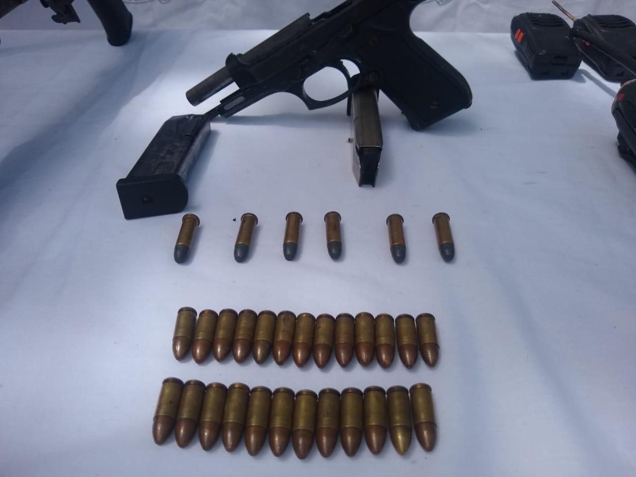 Dentro de las armas encontraron una pistola 9 milímetros,