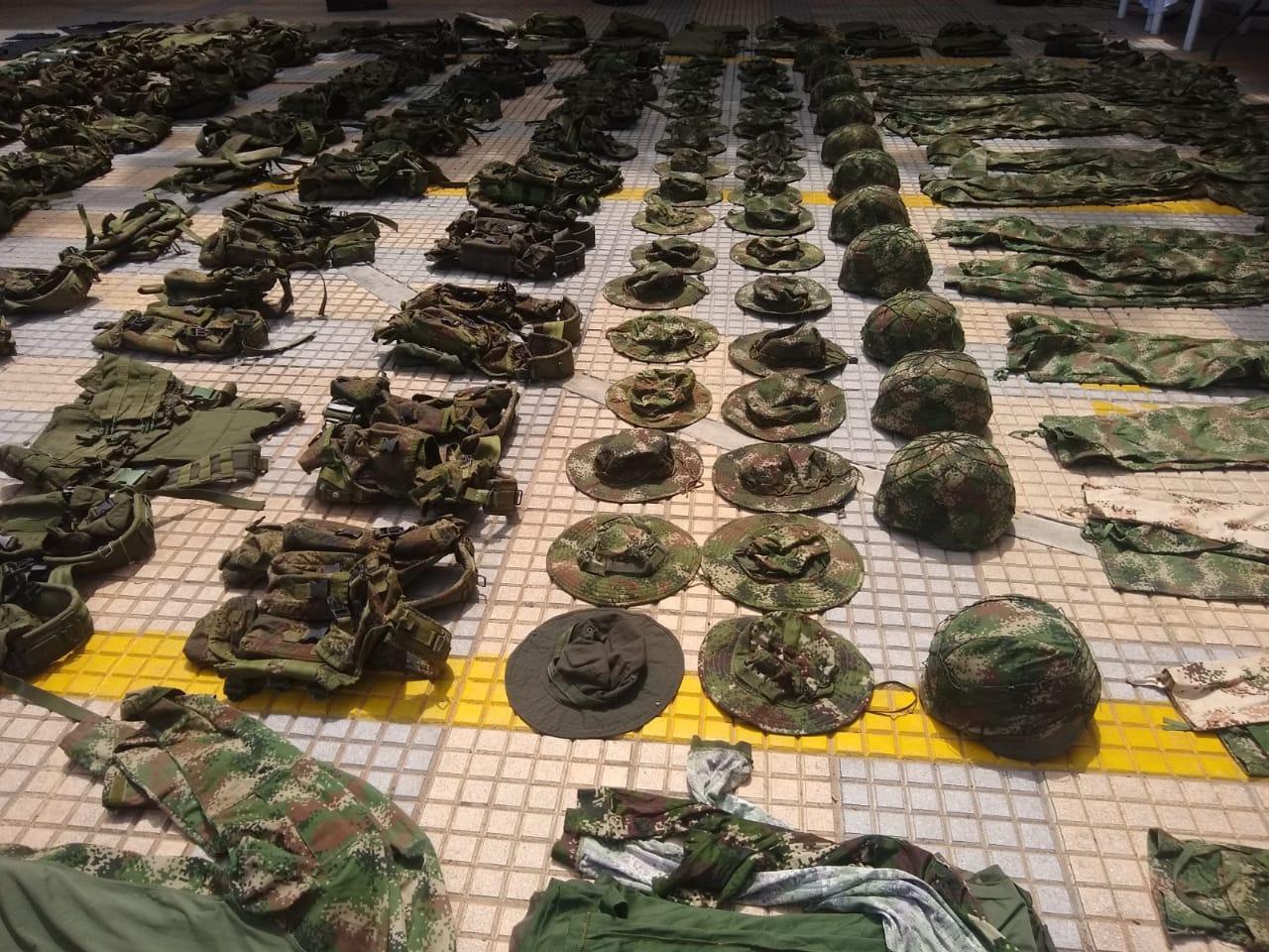 Una gran cantidad de uniformes incautaron en el procedimiento.