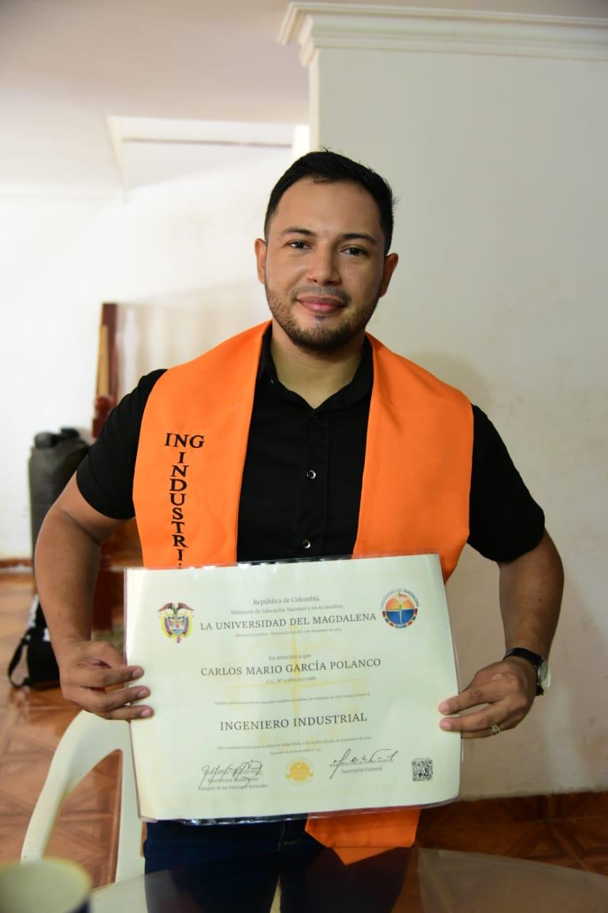 Carlos García Polanco, después de vivir paso a paso la ceremonia a través de su teléfono celular, recibió su título de Ingeniero Industrial.