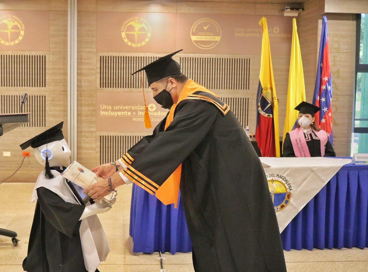 El Vicerrector Académico en representación del rector Pablo Vera Salazar, entregó a los 421 ciudadanos su diploma de grado de forma simbólica a través del famoso Robot Lied.