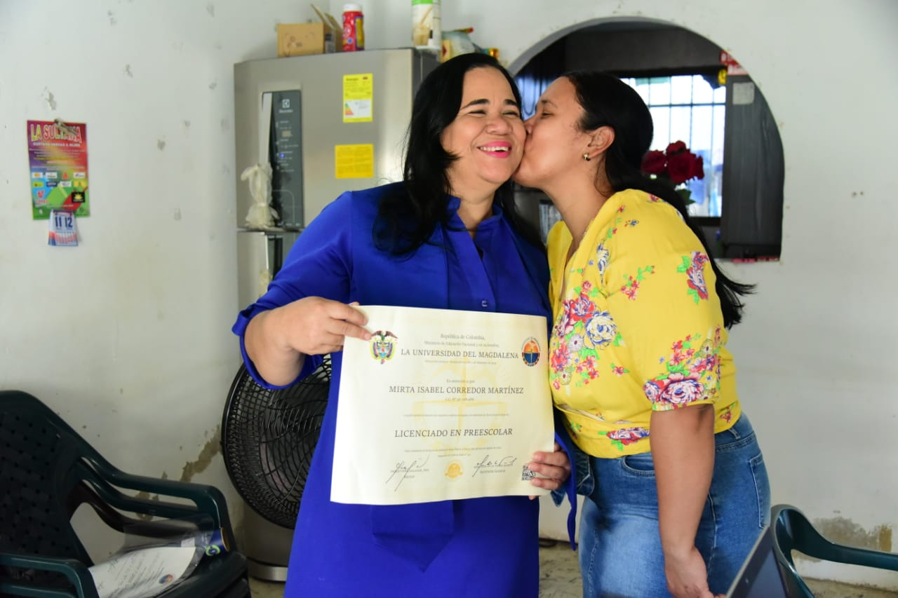 Mirta Corredor Martínez, nueva licenciada en Educación Preescolar, en compañía de sus familiares, vivió la ceremonia virtual de forma emotiva.