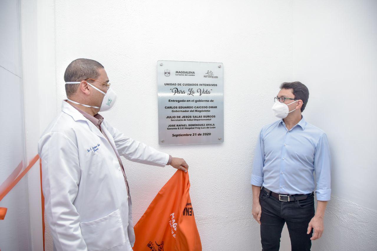 El gobernador en compañía del gerente del hospital Fray Luis de León pusieron en marcha oficialmente estas camas UCI.