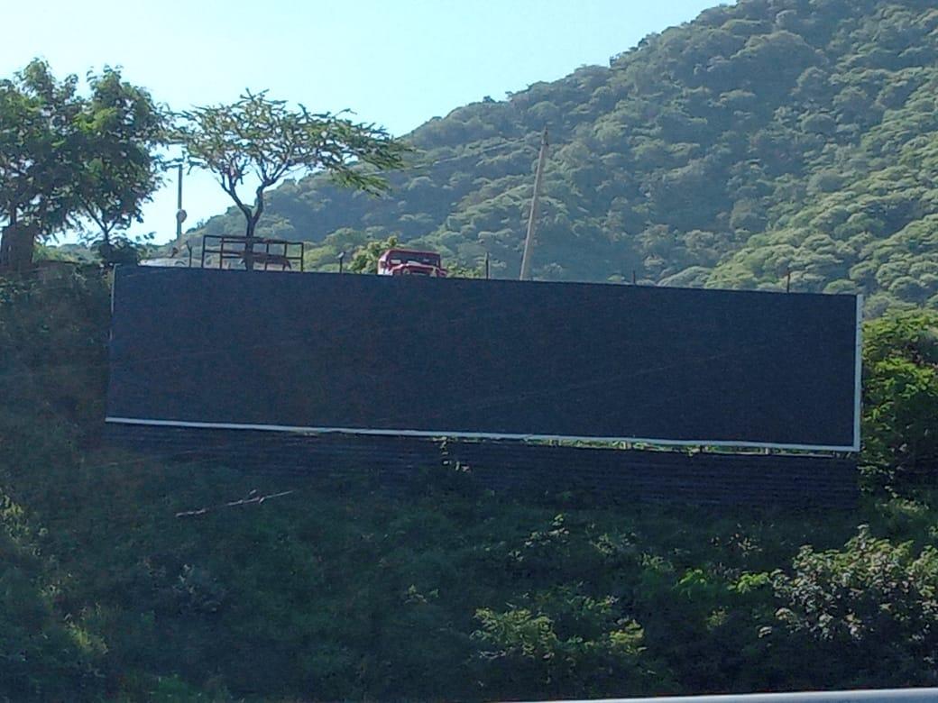 Así luce en estos momentos la valla donde estaba la publicidad en respaldo a Álvaro Uribe.