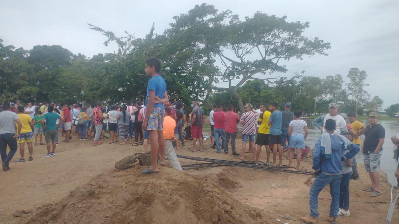 La comunidad intenta frenar el río.