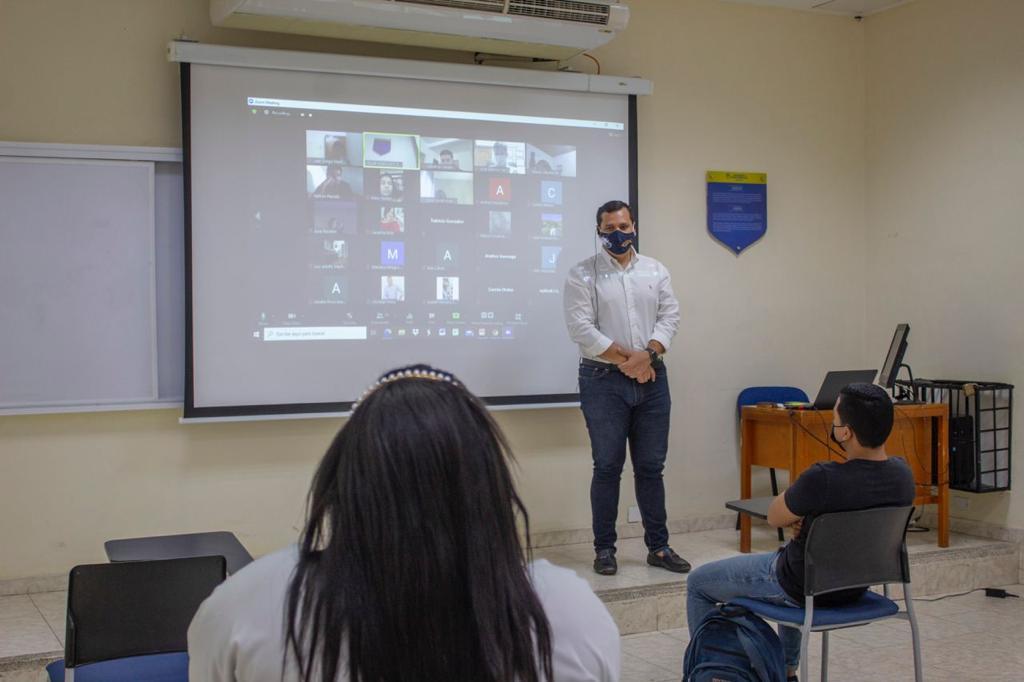 El proceso es voluntario. Los estudiantes también pueden seguir viendo las clases en la virtualidad.