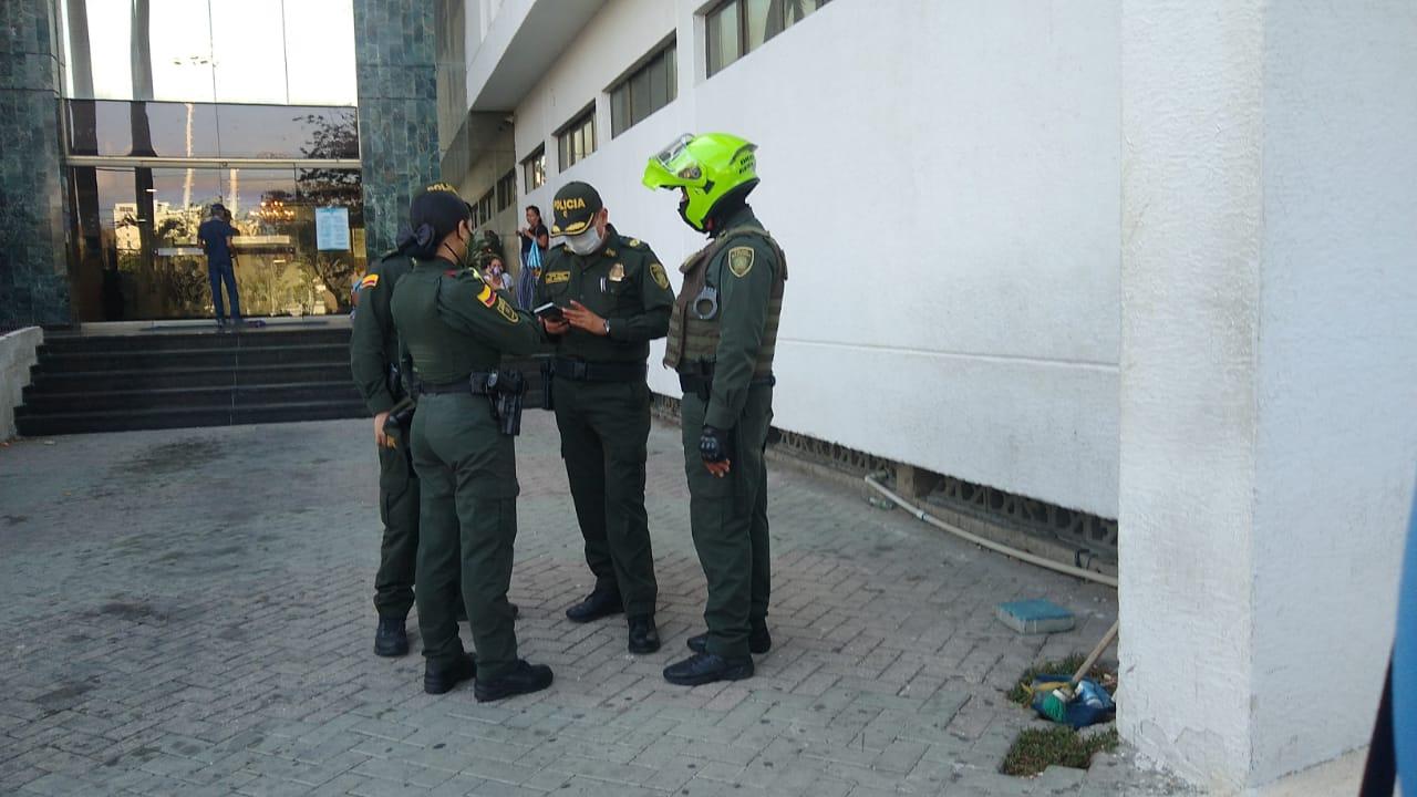 Agentes de la Policía, entre esos un mayor y un teniente, llegaron al sitio para conocer detalles de lo sucedido.