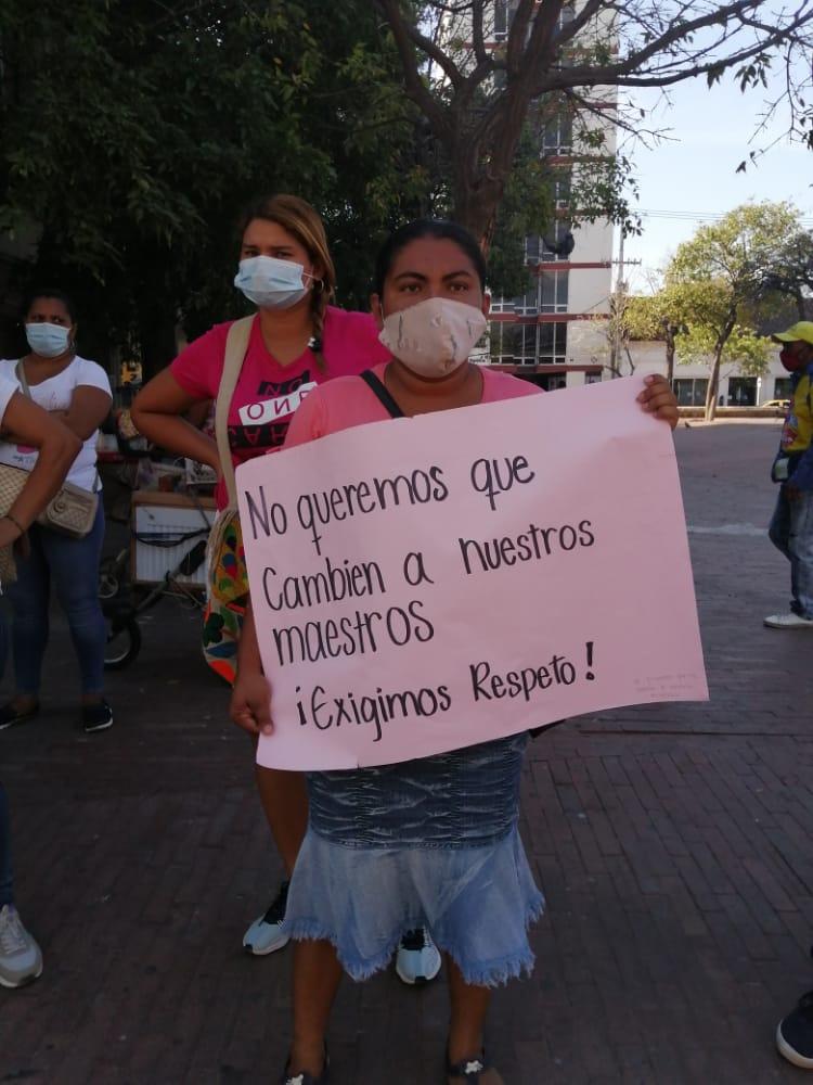 Padres de familia también protestaron reclamando justicia laboral para los docentes