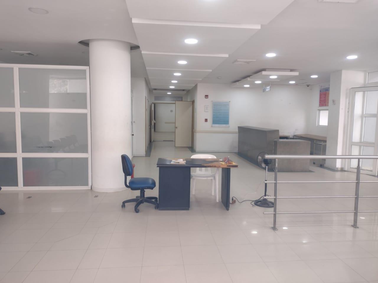 El primer piso de la clínica está prácticamente listo para recibir las camas UCI que entregará el Gobierno.