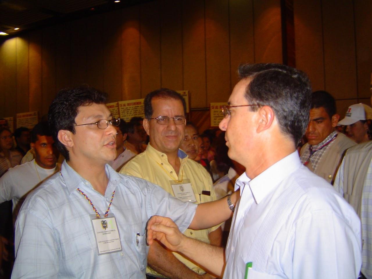 Carlos Caicedo dándole la bienvenida a Álvaro Uribe.